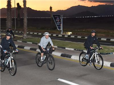 الرئيس السيسي يقوم بجولة تفقدية بالدراجة الهوائية في شرم الشيخ