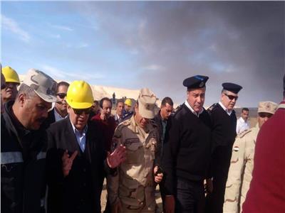 """وزير البترول في موقع حريق حقل """"عسل 35"""""""
