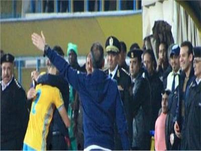 باهر المحمدي يعانق مدير أمن الإسماعيلية بعد الهدف الأول