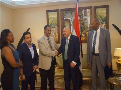 إهداء درع الإسماعيلي للسفير المصري ورئيس الاتحاد الكاميروني