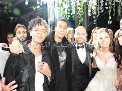 أوكا وأورتيجا مع العروسين