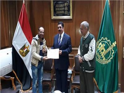 محافظ القليوبية يكرم أخصائيا حصل على الأوسكار في الفنون على مستوى 9 دول عربي