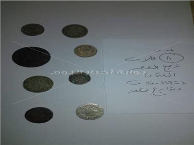 جانب من العملات الاثرية التي تم ضبطها في مطار برج العرب