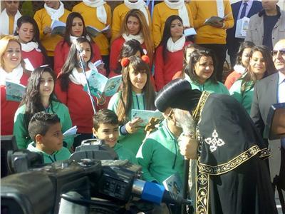 البابا تواضروس يتوسط كورال أمجاد السماء ويشارك الشعب الاحتفال بعيد الميلاد