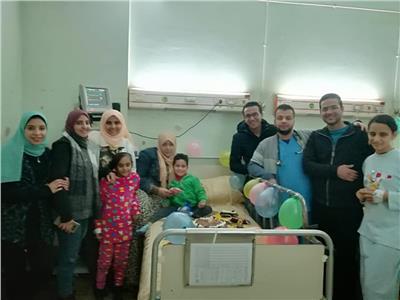 الأطباء وأسرة الطفل يوسف يحيطون به
