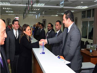 وزيرة الاستثمار تتفقد سير العمل بفرع مركز خدمات المستثمرين