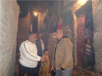 محرر «بوابة اخبار اليوم» مع جيران القتيل