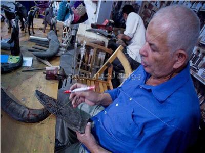 عبدالله 50 عاما في صناعة قرون الجاموس