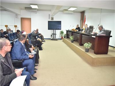 محافظ أسيوط خلال اجتماع محو الأمية وتعليم الكبار