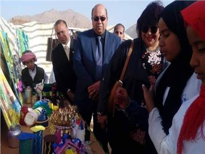 وزيرة الثقافة أثناء تفقد معرض المشغولات البدوية