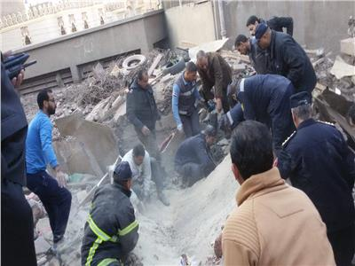 إنقاذ ربة منزل وابنتها في انهيار منزل في أسيوط
