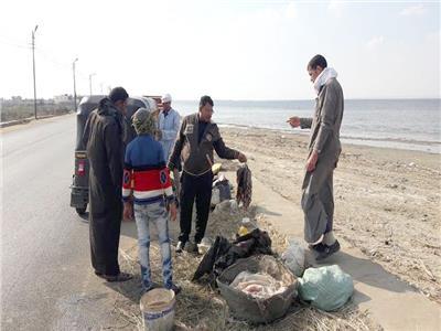 أحد الزبائن خلال شراء الاسماك على طريق ضفاف بحيرة قارون