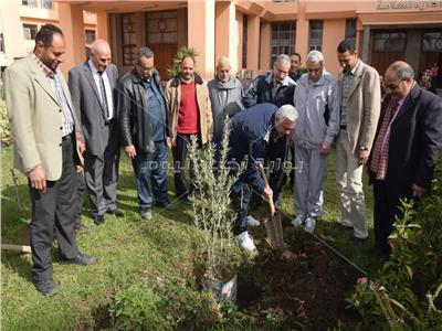 رئيس جامعة المنوفية يغرس شجرة «في يوم حب الجامعة»