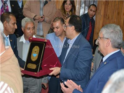 رئيس جامعة أسوان يهدى رئيس الوزراء درع الجامعة