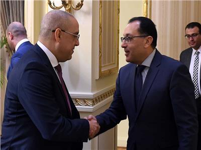 رئيس الوزراء يهنئ وزير الإسكان الجديد بمنصبه - تصوير أشرف شحاتة