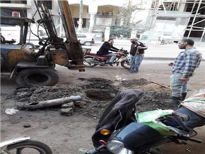 إصلاح كسر بماسورة مياه بالمنشية بحي الهرم
