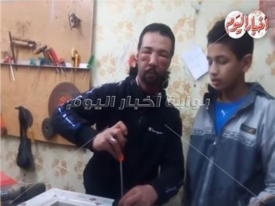 وائل الكفيف أثناء عمله في الألوميتال
