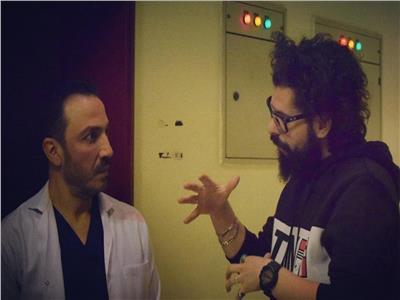 المخرج ياسر الياسري يشرح أحد المشاهد لطارق لطفي