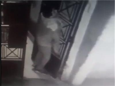 شخص يسرق أبواب العمارات في حلوان