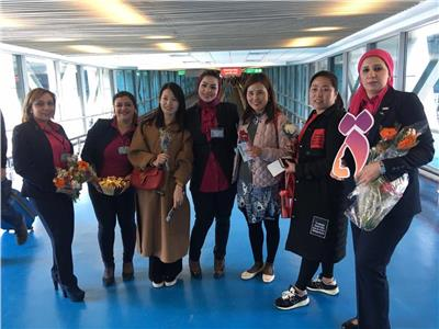 القومي للمراة يستقبل السيدات في مطار القاهرة بالورود