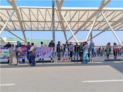 أسرة بطلة رفع الأثقال تصد المطار استعدادا لاستقبالها