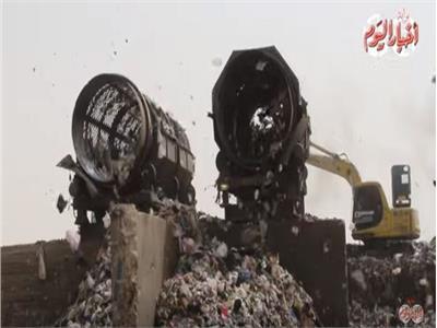جانب من عملية تدوير القمامة