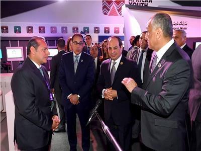 الرئيس السيسي يزور جناح البنك الأهلي المصري بملتقى الشباب العربي الافريقي