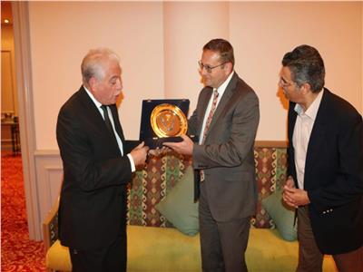 فوده يهدي سفير التشيك درع محافظة جنوب سيناء