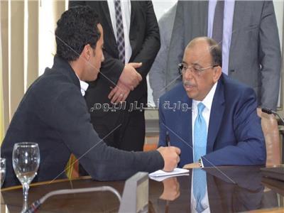 وزير التنمية المحلية أثناء حواره مع محرر بوابة أخبار اليوم