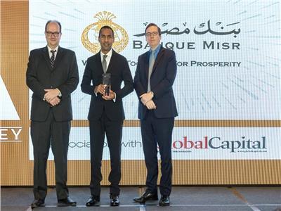 عاكف المغربي أثناء تسلمه الجائزة