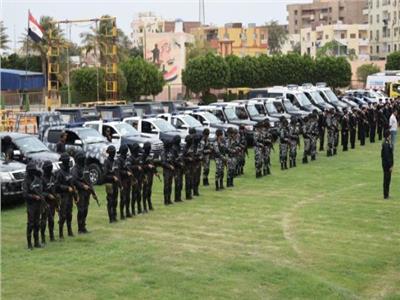 صورة لرجال الأمن أثناء التجهيزات الأمنية لتأمين لجان الاستفتاء