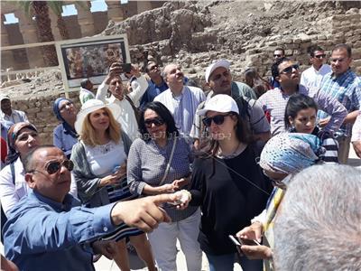 وزيرة السياحة تستمع لزائرى معبد الكرنك وامريكية:حقيقى شغل رائع