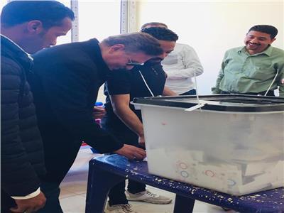 الفنان محمد رياض يدلى بصوته فى الاستفتاء بمركز شباب الشيخ زايد