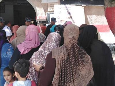 بالصور- زحام وطوابير أمام لجان الاستفتاء غربي الإسكندرية