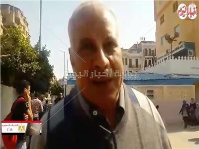 احد المواطنين خلال ادلائه بصوته في الاستفتاء على التعديلات الدستورية