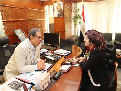 وزير القوى العاملة مع محررة بوابة أخبار اليوم