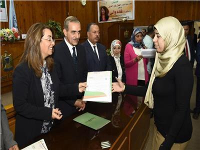 غادة والي توزع ١٠٠ شهادة أمان و٢٠ عقد لمشروعات متناهية الصغر بأسيوط