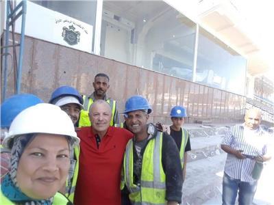 سيلفي أبو ريدة مع العاملين باستاد الإسكندرية