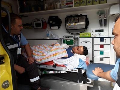 الطبيب محمد صلاح خلال مغادرته للعلاج بالخارج