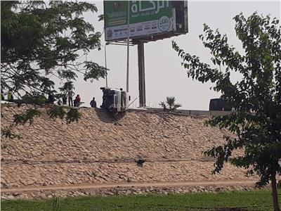 قارئ يشارك «بوابة أخبار اليوم» صور..انقلاب ميكروباص أعلي محور 26 يوليو