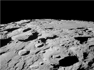 القمر يتقلص حجمه