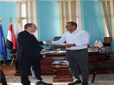 د. أحمد غلاب يهدى درع جامعة أسوان للدكتور محمد خيري