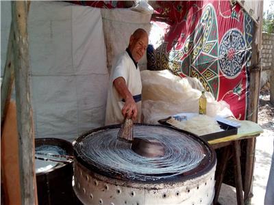 عم شوقى رجل من الزمن الجميل يصنع الكنافة اليدو