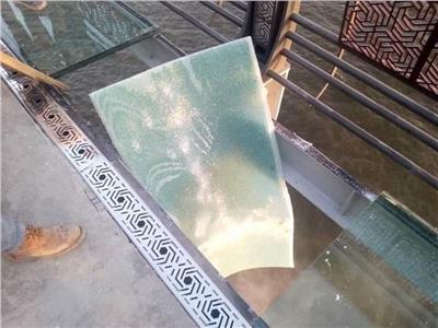 لوح الزجاج المكسور