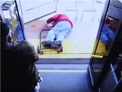 شاهد..موت رجل مسن بطريقة بشعة إثر دفعه من حافلة بامريكا
