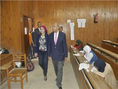 رئيس جامعة المنيا يُواصل جولاته التفقدية للجان الامتحانات