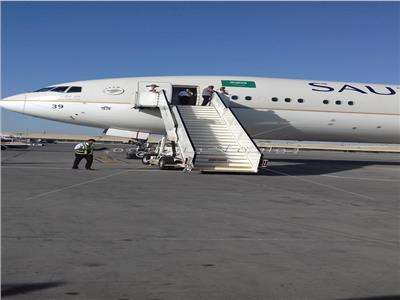 الطائرة السعودية فور هبوطها بمطار القاهرة لإنقاذ الرضيع