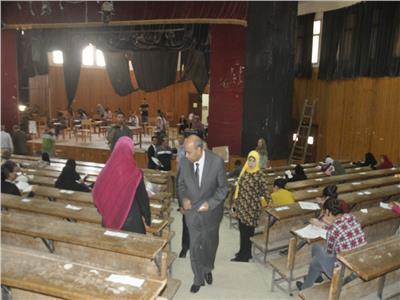رئيس جامعة المنيا يتفقد لجان امتحانات «التربية» و«النوعية» و«التمريض»