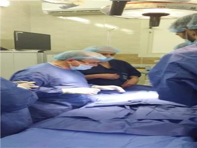 وكيل وزارة الصحه اثناء اجراء الجراحه للطفله