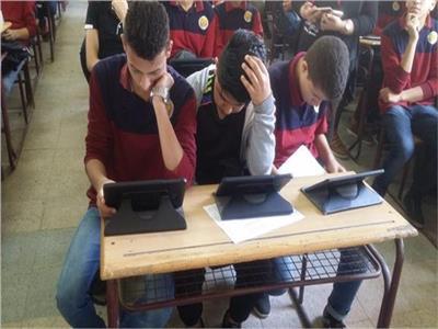طلاب الصف الأول الثانوي يؤدون امتحان اللغة الأجنبية الثانية